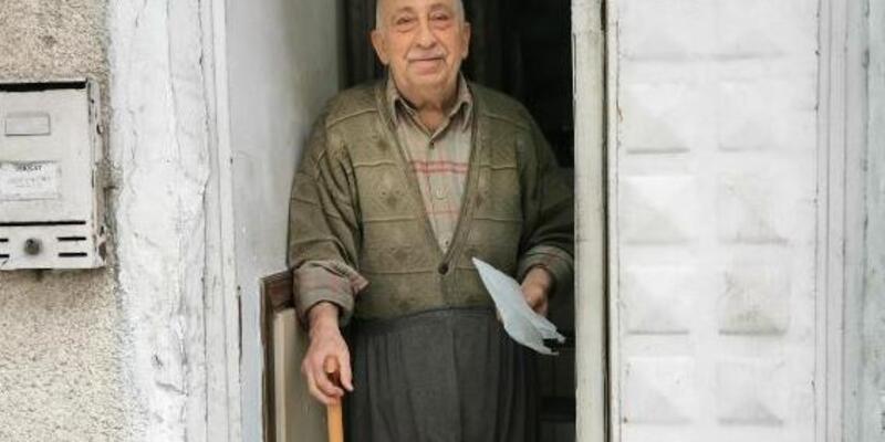 Kibarca verdiği siparişle tanınan Burhan amca: Birbirimize yardımcı olalım