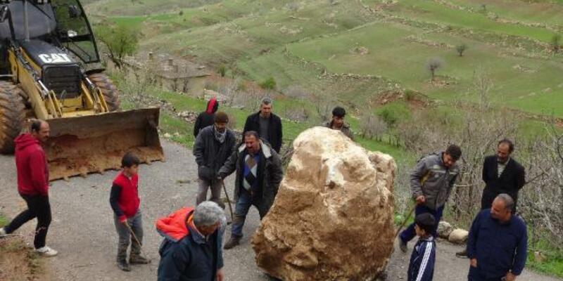 Dağdan kopan kaya parçası ulaşımı durdurdu