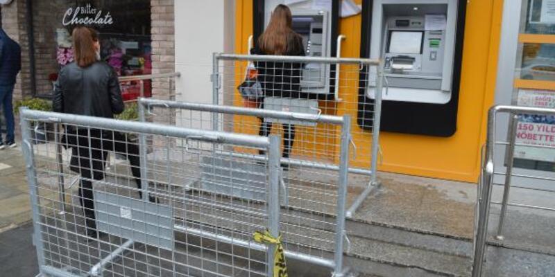ATM önlerine polis bariyeriyle sosyal mesafe önlemi