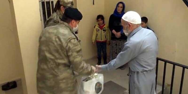 Mehmetçik, yaşlıların yardımına yetişti