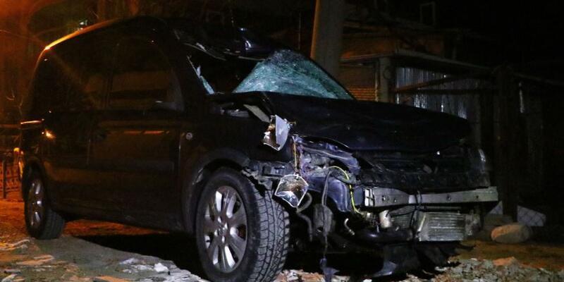 Karşıya geçmek isterken otomobilin çarptığı 3 kişi öldü