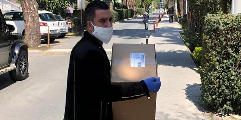 Arda Turan maske dağıtımına başladı