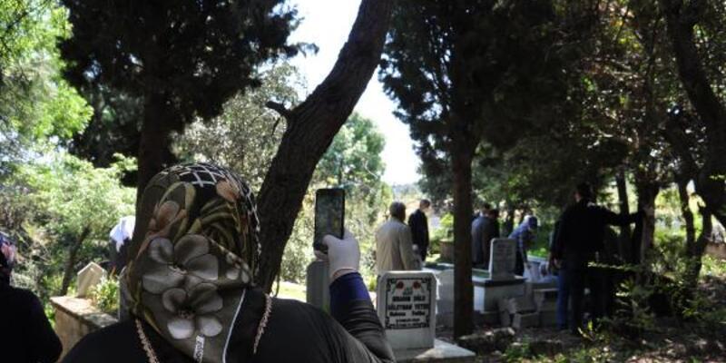 Ölen annelerinin son yolcuğunu cep telefonundan izlediler