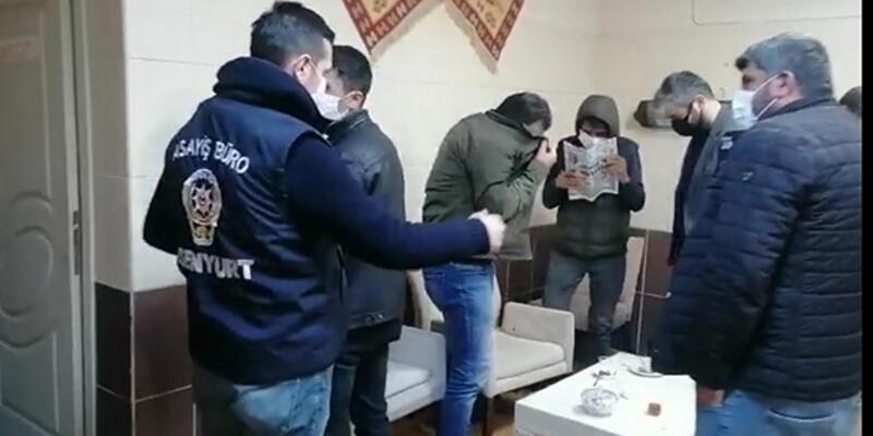 Polisi görünce yüzlerini gazeteyle kapattılar