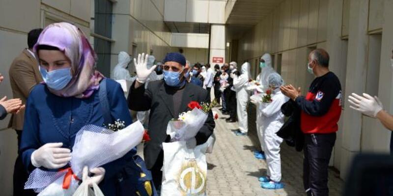 Koronavirüs tedavisi gören aynı aileden 10 kişi alkışlarla taburcu oldu