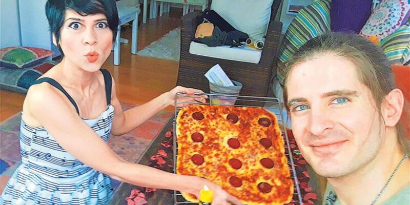 Aydilge ve eşinden pizzalı doğum günü kutlaması
