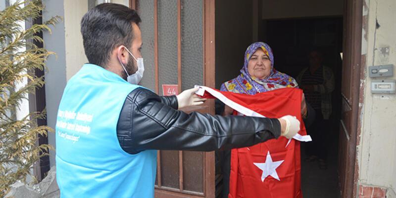 Evinden çıkamayan kadının 23 Nisan için Türk bayrağı isteği gerçekleştirildi