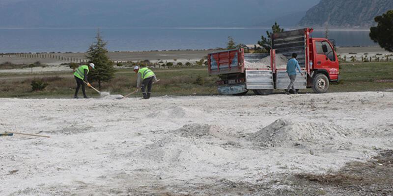 Salda Gölü'nün taşınan kumları, eski yerine alınıyor