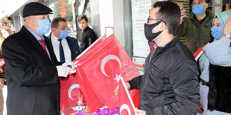 Amasya'da esnaf ve halka Türk bayrağı dağıtıldı