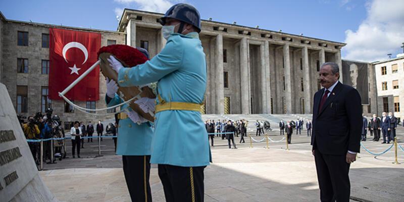 Şentop, Atatürk Anıtı'na çelenk bıraktı