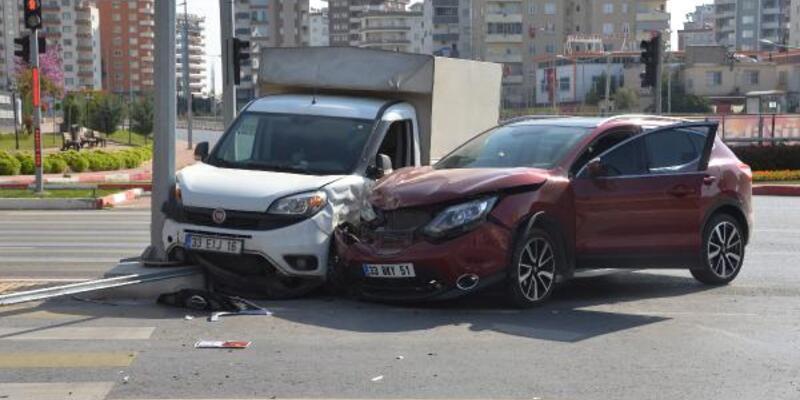 Boş yolda iki araç çarpıştı