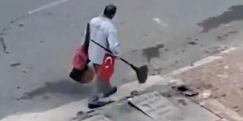 Temizlik işçisi bulduğu bayrağı süpürgesine taktı