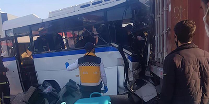 İşçi servisi, park halindeki TIR'a çarptı: 1 ölü, 15 yaralı