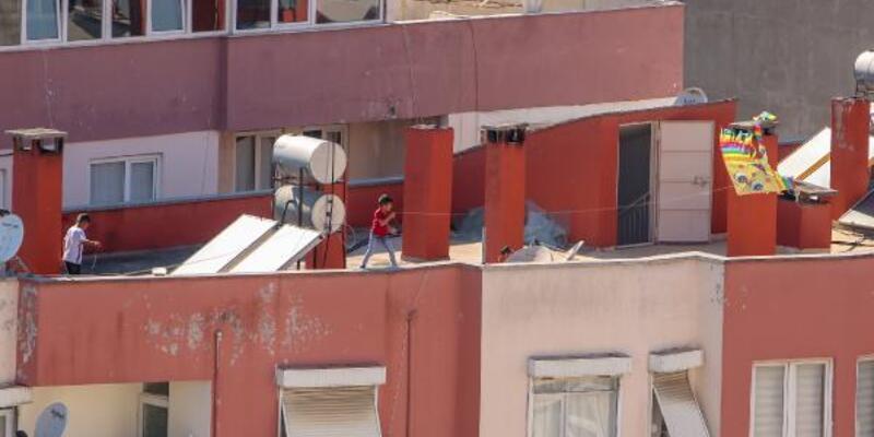 Sokağa çıkamayan çocuklar çatıda uçurtma uçurdu