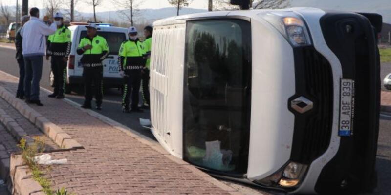 Otomobilin çarptığı panelvan araç yan yattı