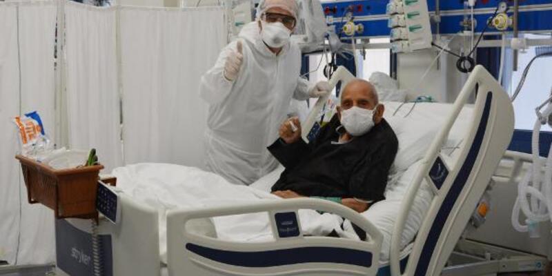 Koronavirüsü yenen 100 yaşındaki hasta yoğun bakımdan çıktı
