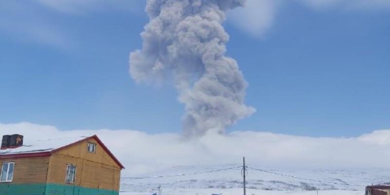 Rusya'da Ebeko Yanardağı'nda patlama sonrası kül yağmuru kamerada