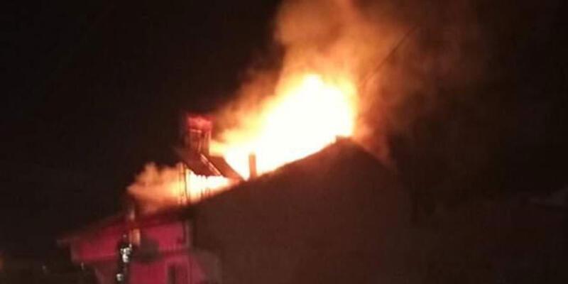 Bursa'da iki katlı evin çatısında yangın
