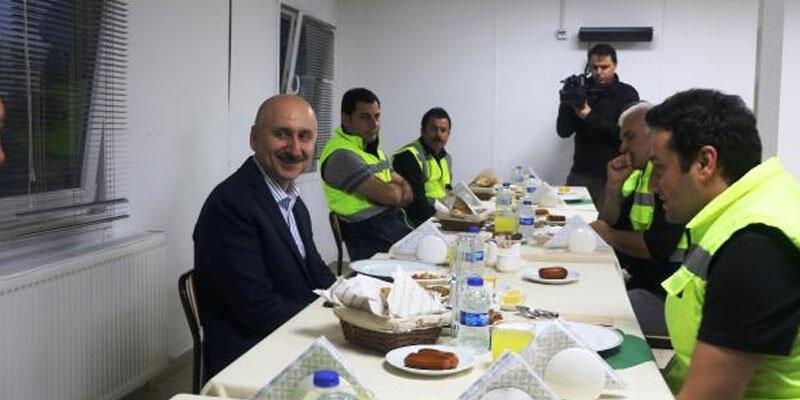 Bakan Karaismailoğlu otoyol inşaatında işçilerle iftar yaptı