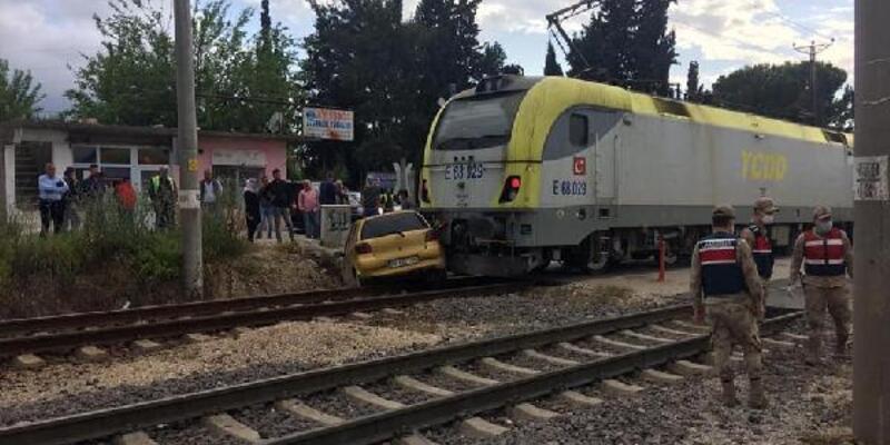 Manevra yapan lokomotifin çarptığı otomobildeki anne ve oğlu yaralandı