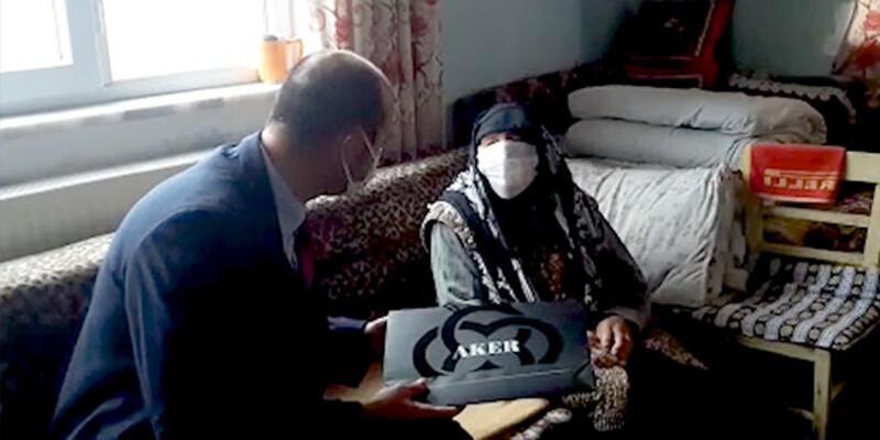 Bakan Soylu'dan 102 yaşındaki Emine nineye 'Anneler günü' hediyesi