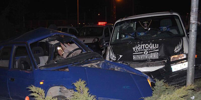 Otomobil ile minibüs çarpıştı: Ölü ve yaralılar var