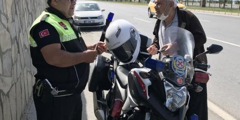 Yasağı ihlal eden 84 yaşındaki sürücü, kamyonetiyle trafiği karıştırdı