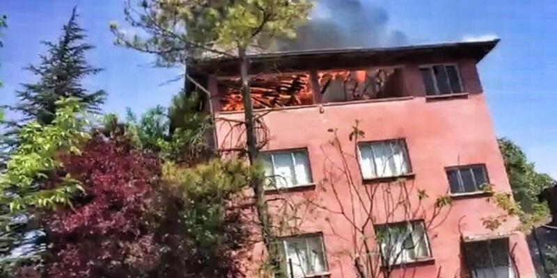 3 katlı evin çatısı alevlere teslim oldu