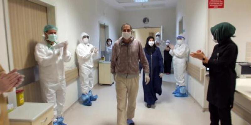 Koronavirüs tedavisi gören çift alkışlarla taburcu edildi