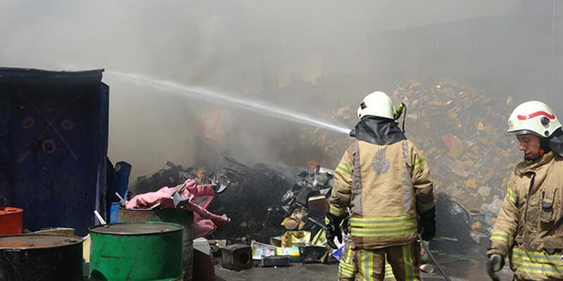 Sultangazi'de geri dönüşüm tesisinde yangın