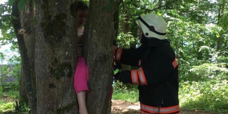 Ağaca bacağı sıkışan çocuk kurtarıldı