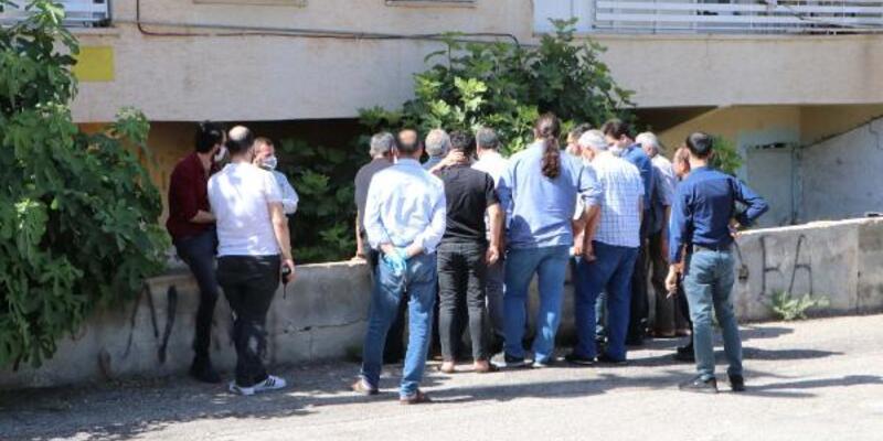 Çocuklar apartman bahçesinde kadın cesedi buldu