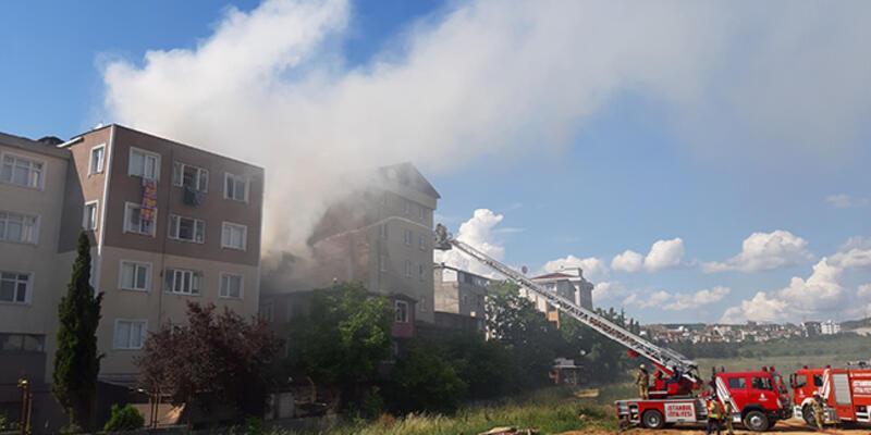 Tuzla'da 3 katlı apartmanın çatısında çıkan yangın söndürüldü