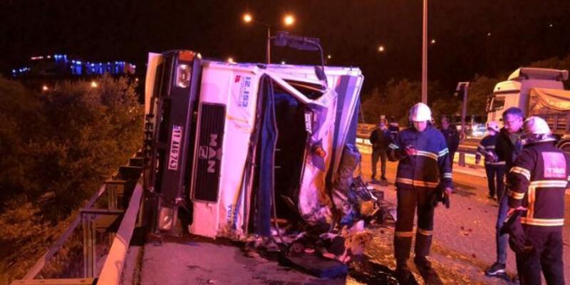 Sebze yüklü kamyon devrildi: 1'i ağır 3 yaralı