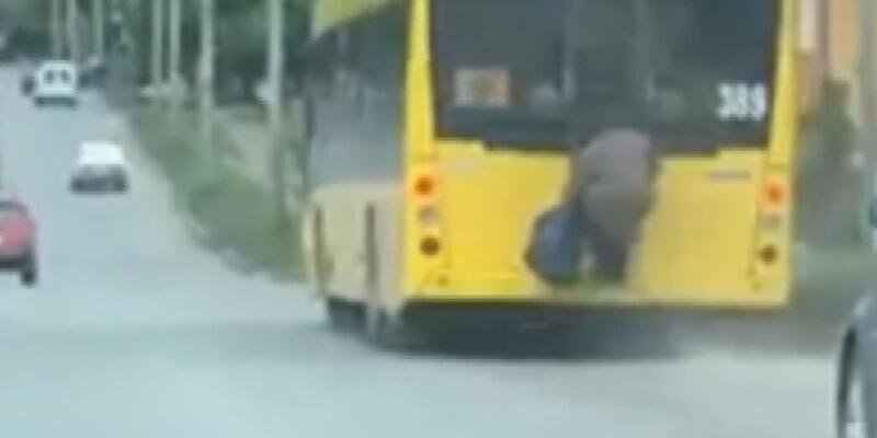 Ukrayna'da yaşlı kadın, toplu taşıma sınırlamasına böyle çözüm buldu