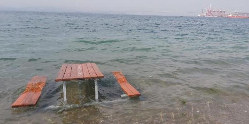Piknik masasını denize koyup, tramplen gibi kullanmışlar