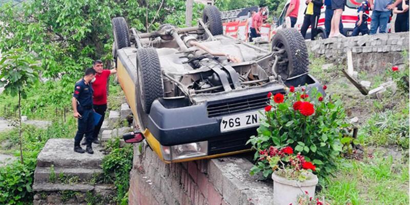 Kontrolü kaydeden araç takla atıp duvarda asılı kaldı