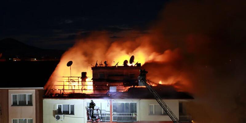 5 katlı apartmanın çatısındaki yangın korkuttu