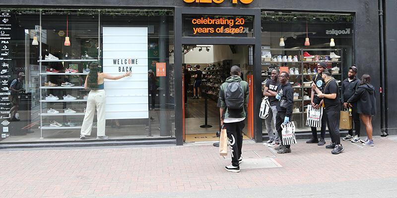 İngiltere'de tüm perakende dükkanları açıldı