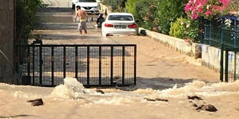 İçme suyu hattı patladı, yolda hasar oluştu