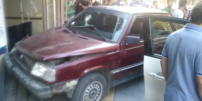 Kontrolü kaybeden otomobil dükkan daldı