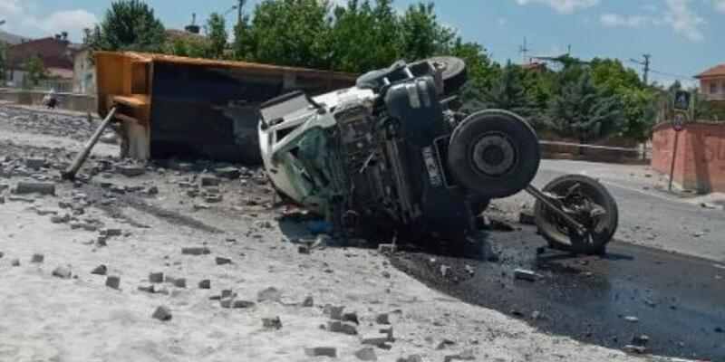 Çakıl yüklü kamyon devrildi, şoför yaralandı