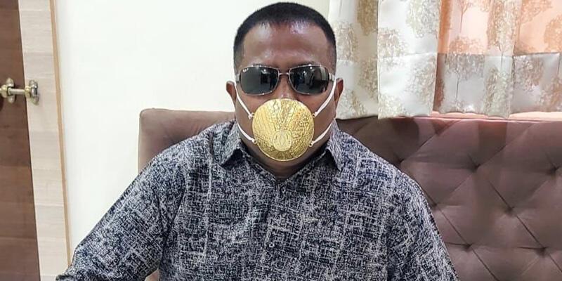 Koronavirüse karşı altın maske takıyor