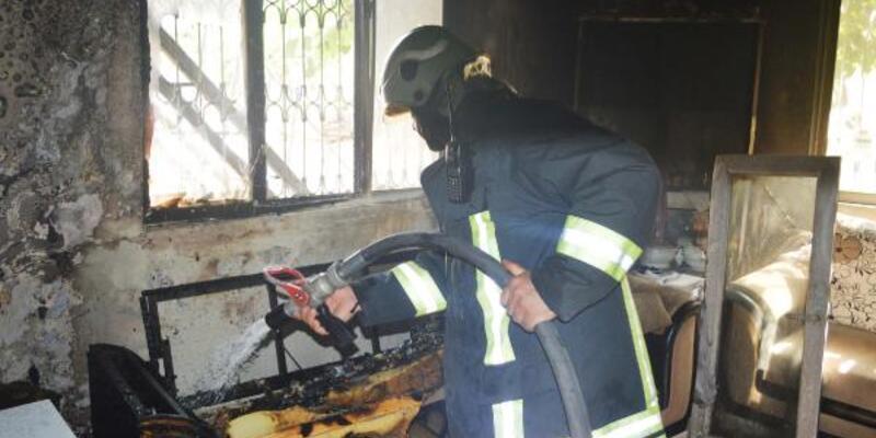 Yangın çıkan evde mahsur kalan 2 kardeşi, komşular kurtardı