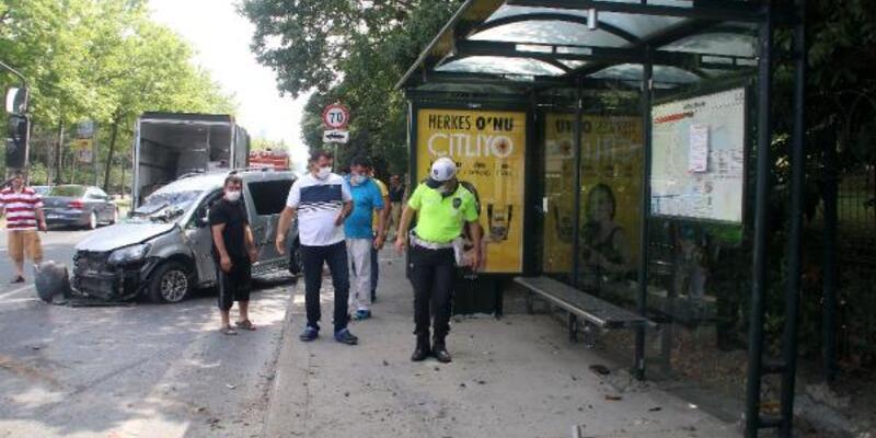 Sarıyer'de kaza; önce ağaca ardından otobüs durağına çarptı