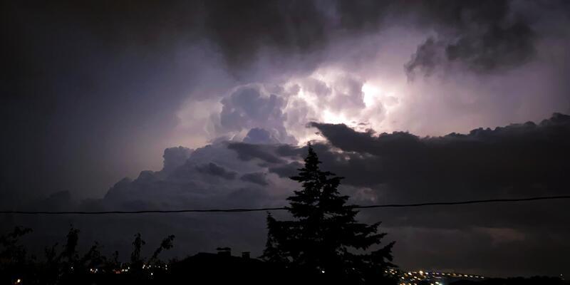 Sakarya ve Bursa'da şimşekler geceyi aydınlattı
