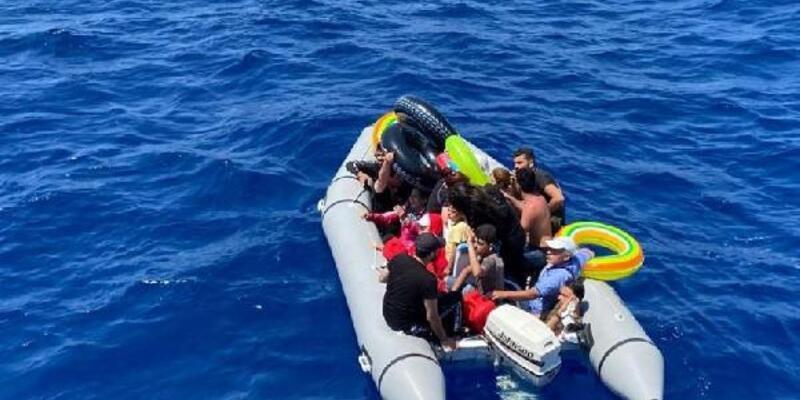 Yunanistan'ın geçit vermediği 60 göçmeni Türk ekipleri kurtardı