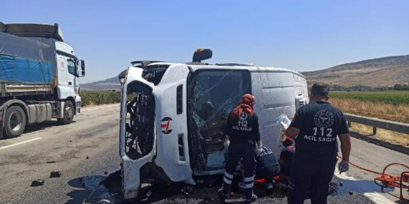 Son dakika... Lastiği patlayan minibüs devrildi: 1 ölü, 1 yaralı