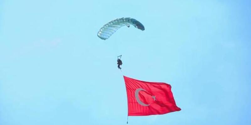 JÖAK paraşütçülerinden 15 Temmuz özel atlayışı