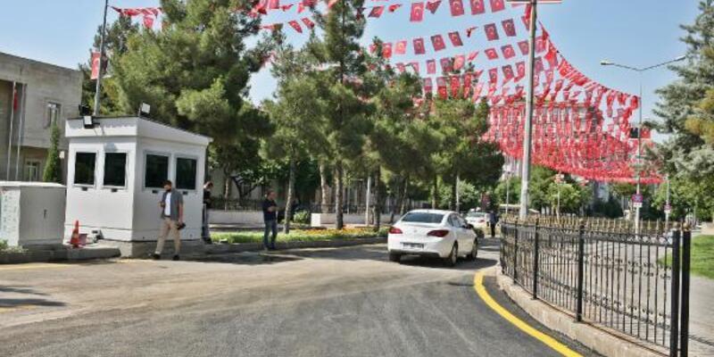 Diyarbakır Valiliği'nin bulunduğu cadde, 4 yıl sonra trafiğe açıldı
